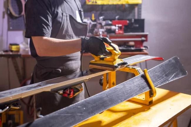 Opravy a servis sjezdových a běžeckých lyží, snowboardů